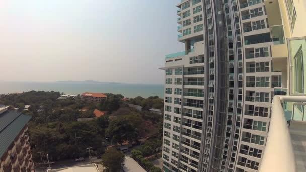 Vista dal balcone del resort tropicale. Alberi Hotel Blu mare turchese. Dazione telecamera