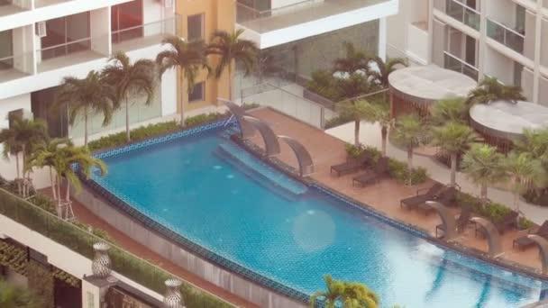 Bangkok, Thaiföld - Circa 2017. március: Gyönyörű sós tengeri medencét egy szállodában. Trópusi üdülőhely.