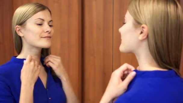 839635c0b Mulher bonita blusa azul escura se preparando para encontro verificando  suas roupas e o rosto no espelho– gráficos de vetor