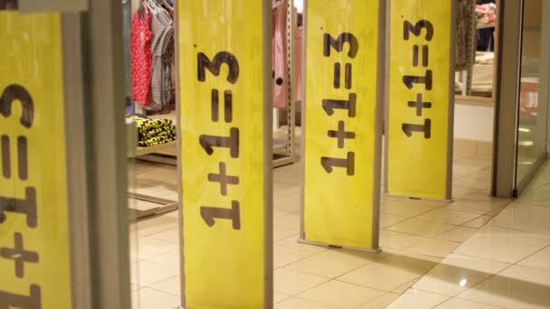 Három nagy sárga eladásösztönzés jelek a bolt bejárata mágneses kapuk. Fogyasztás fogalmát