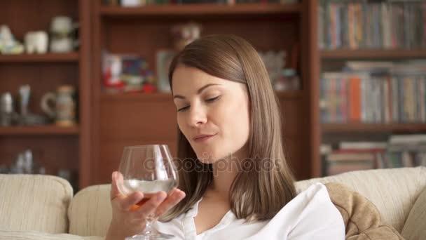 slow motion frau gem tlichen abend zu hause zu genie en trinken schnaps cognac allein am siert. Black Bedroom Furniture Sets. Home Design Ideas