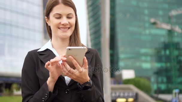 Zeitlupe Geschäftsfrau mit Smartphone in der Innenstadt, professionelle weibliche Browsing Lesen