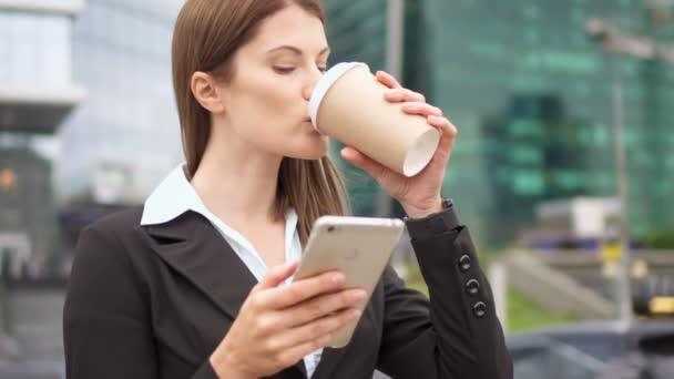 Zeitlupe Geschäftsfrau mit Smartphone in der Innenstadt, professionelle weibliche Arbeitgeberin surft