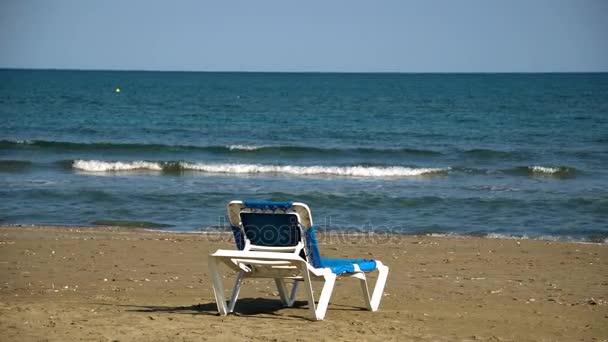 Jedna pohovka v dokonalé divoká písečná pláž s modrým mořem zobrazit, nikdo, cestovní cíle koncepce