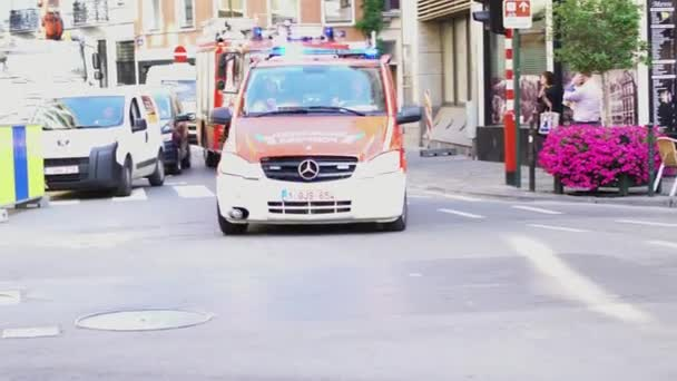 Paříž, Francie - cca srpna 2017: auto policie a hasičů. Záchranná vozidla v ulici z Bruselu