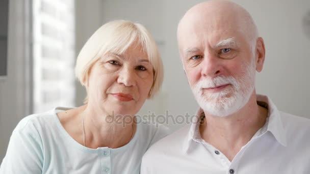 Portrét šťastný starší pár doma. Starší muž a jeho žena. Šťastná rodina těší čas společně