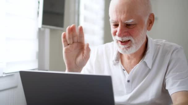 Ältere Mann mit Laptop zu Hause sitzen. Mittels Computer sprechen über Messenger App Smiling winkenden Hand zur Begrüßung