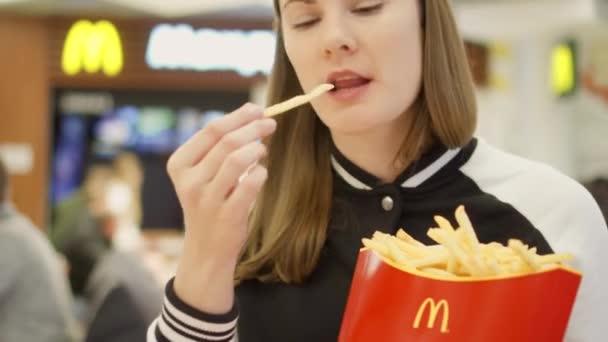 mcdonalds födelsedag Moskva, Ryssland   Circa November 2017: Hungrig tjej äta pommes på  mcdonalds födelsedag