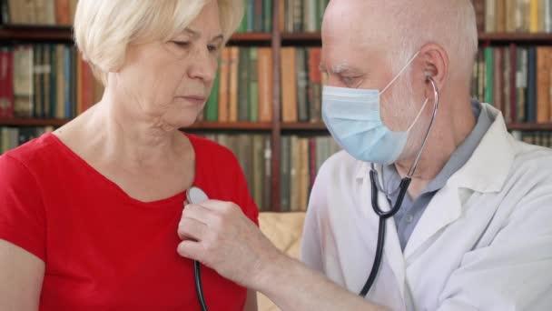 Férfi orvos dolgozik. Férfi orvos sztetoszkóp segítségével a hallgató betegek tüdő
