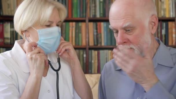 Profesionální lékařka při práci. Žena lékař pomocí stetoskopu pro poslech plíce pacientů