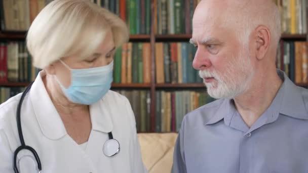 Profesionální lékařka při práci. Vedoucí lékař konzultační nemocný pacient doma o nové prášky