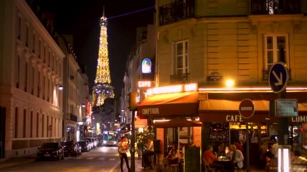 Paříž, Francie - cca srpna 2017: pařížská kavárna v noci. Slavný francouzský mezník Eiffelova věž