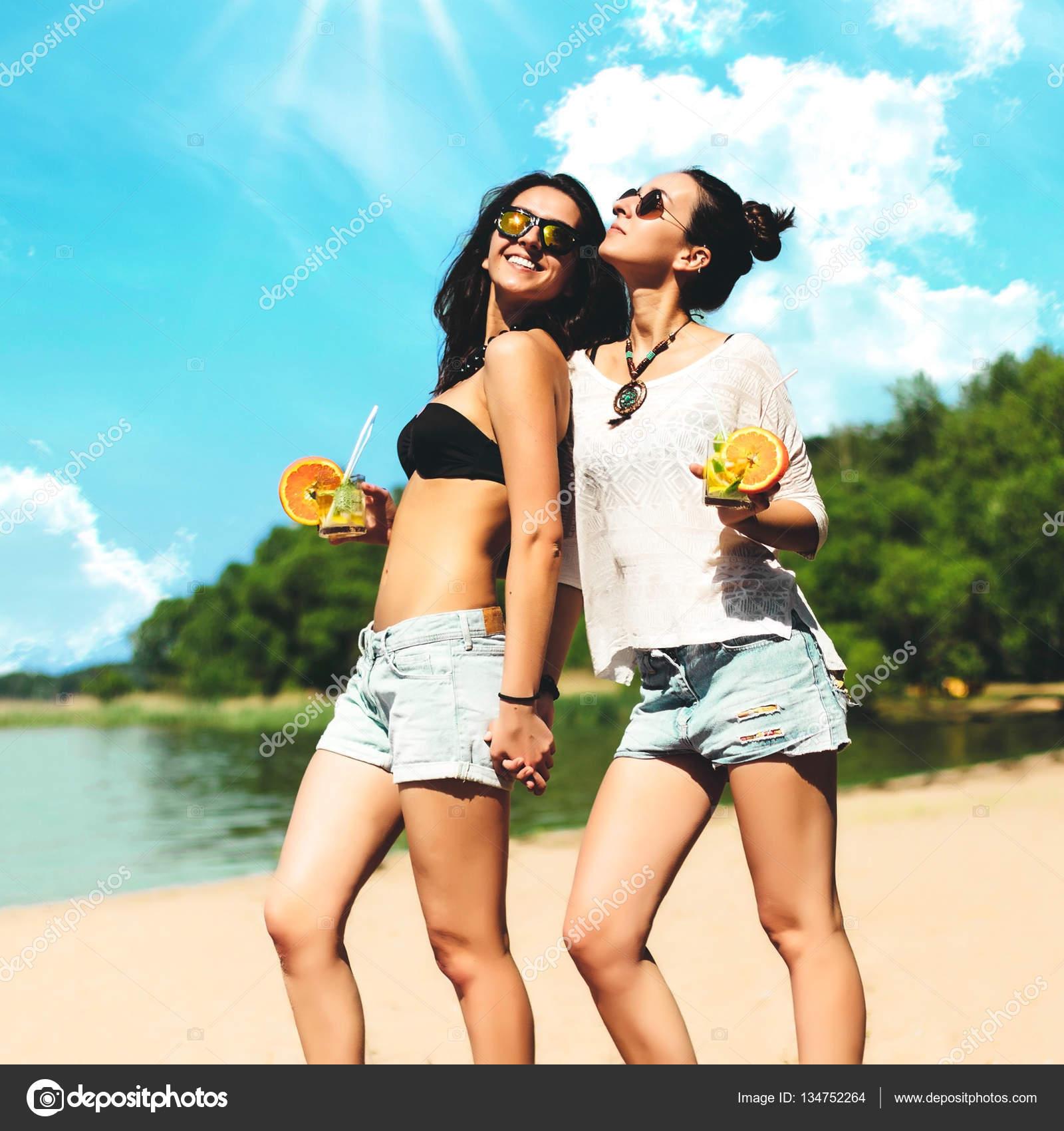 Стильные девушки на пляже фото