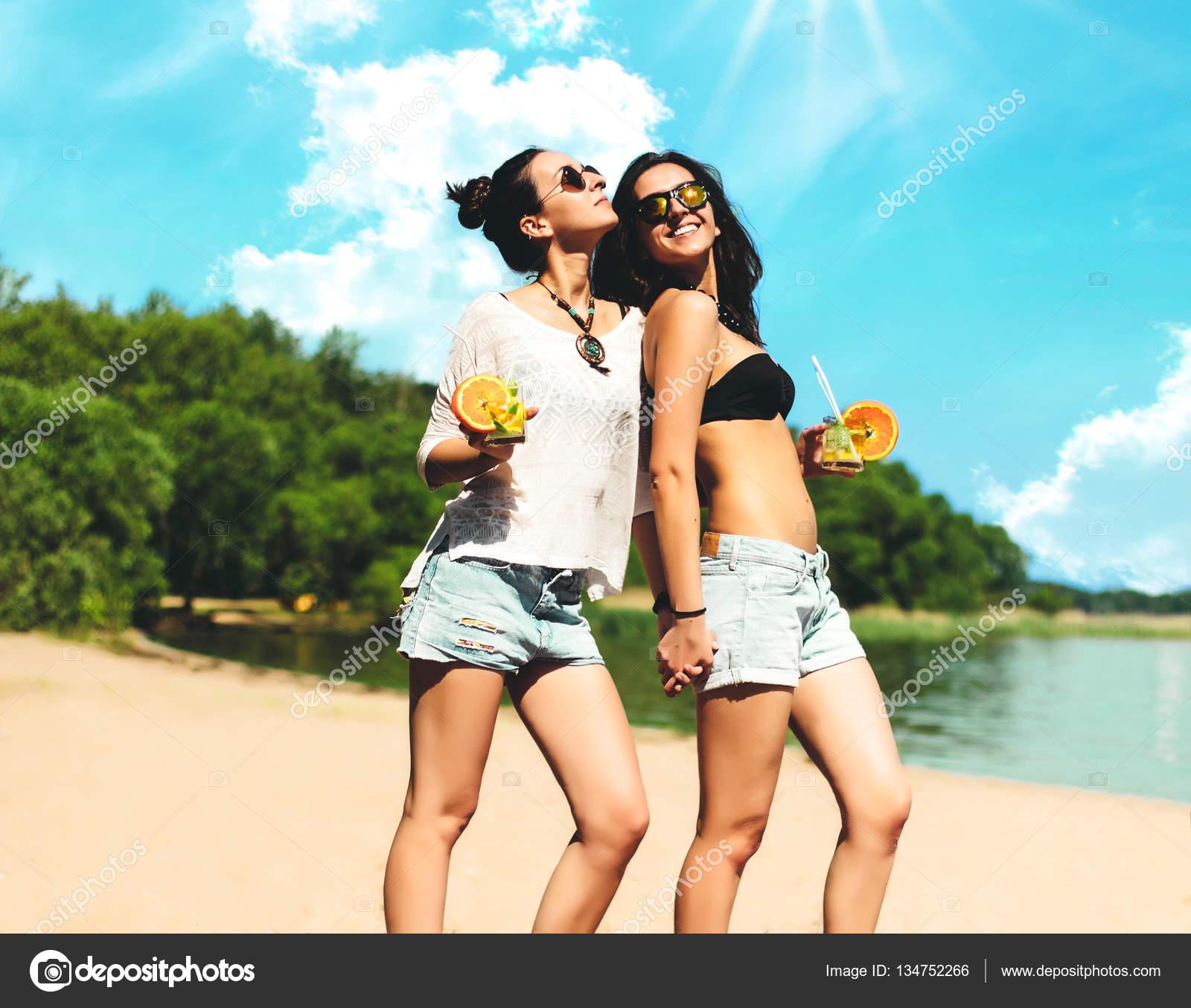 фото двух брюнеток на пляже