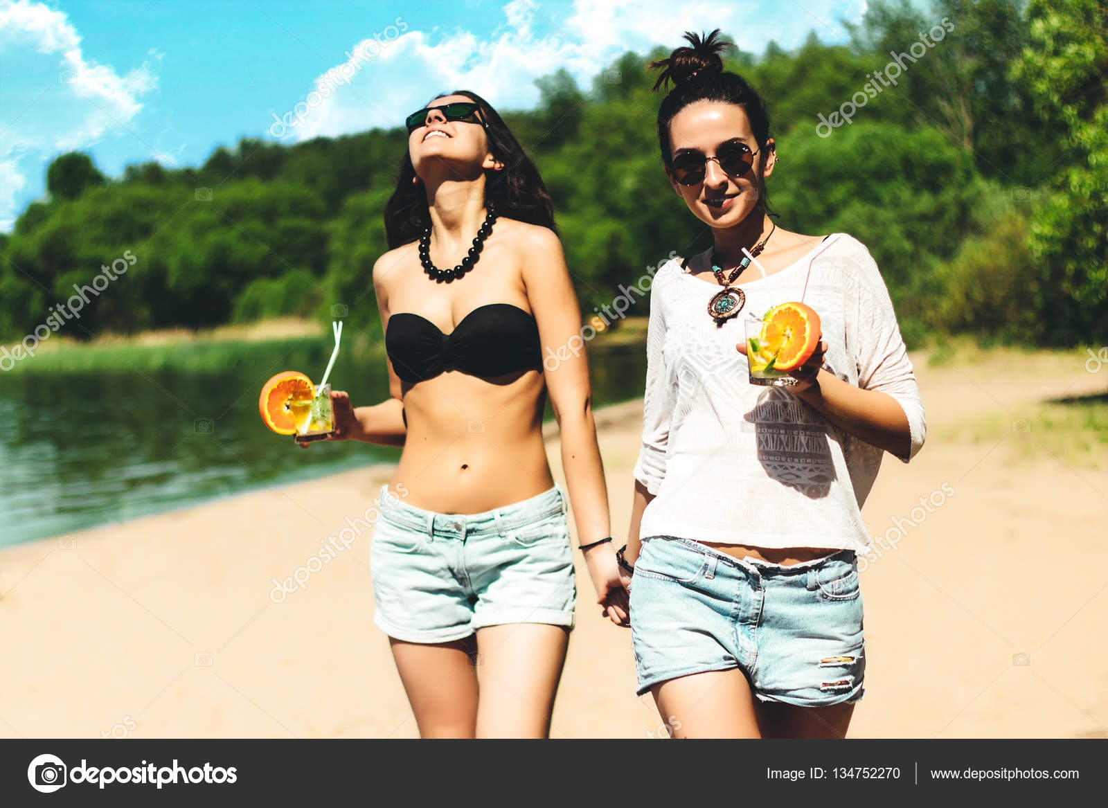 Фото двух брюнеток на пляже фото 363-493