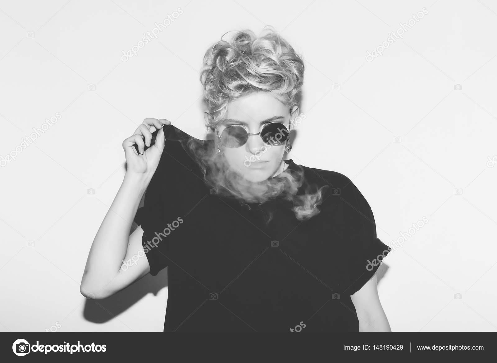 Mode Chic Sexy Blonde Mauvaise Fille En T Shirt Noir Et
