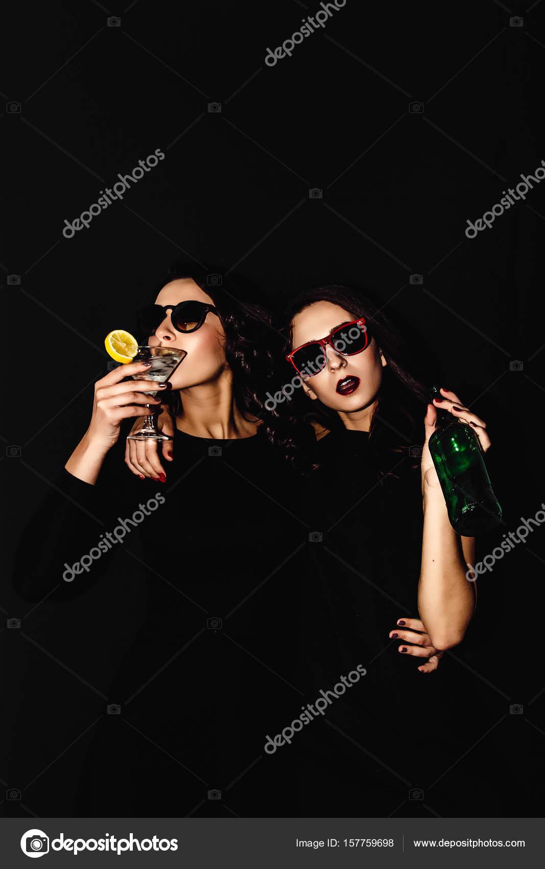 acc9b1f81b Due belle donne nero notte moda vestito in posa isolato su sfondo ...
