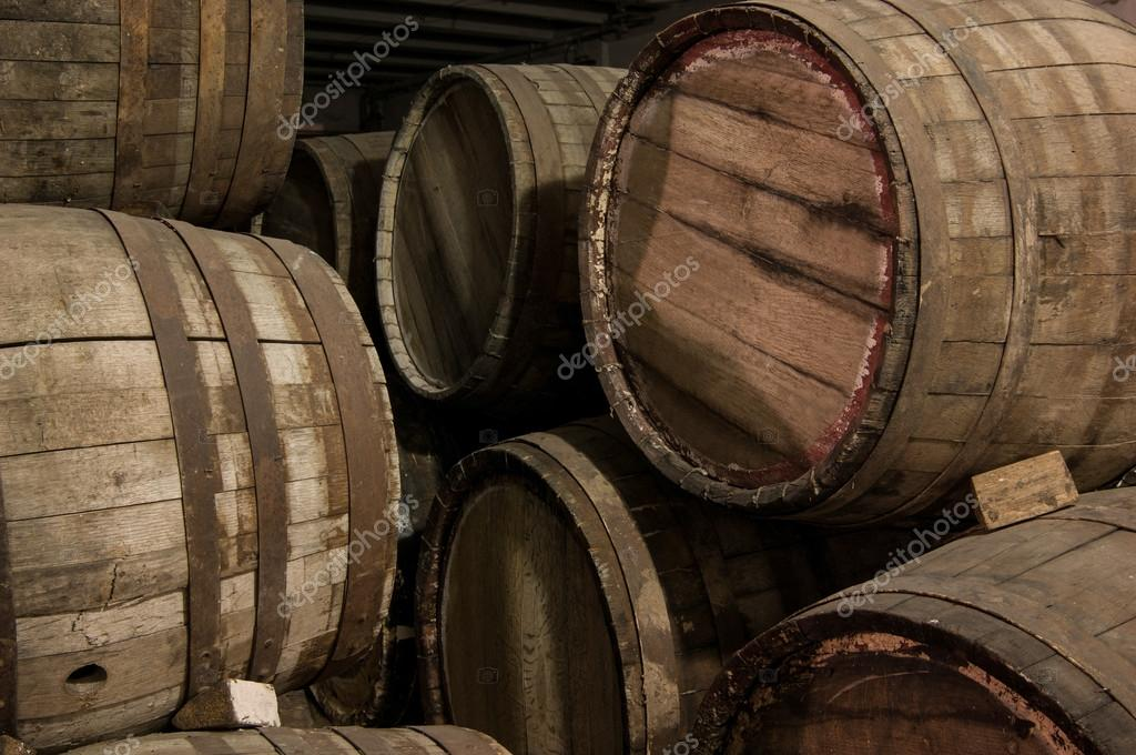 Botti per vino in legno foto stock warloka 127556216 for Botti in legno per arredamento