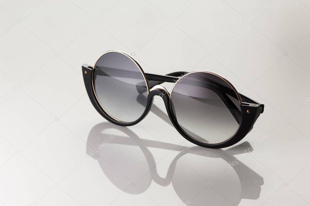 Zonnebril Lichte Glazen : Zonnebril op een witte achtergrond licht u stockfoto warloka