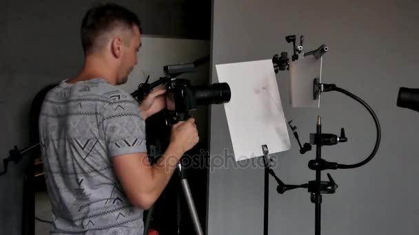 un giovane fotografo in procinto di lavorare in uno studio fotografico. fotografia non intenzionale