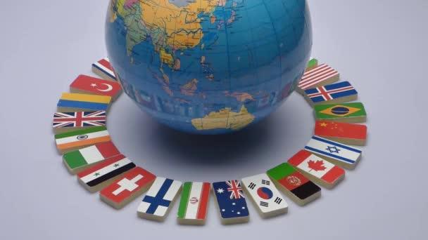 Otáčející se zeměkoule s vlajkami světa, studio video. Koncept světa Commonwealth