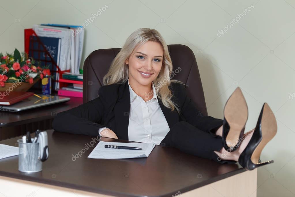 Pieds Sur Le Bureau : Femme d affaires heureux assis avec ses pieds dans son bureau