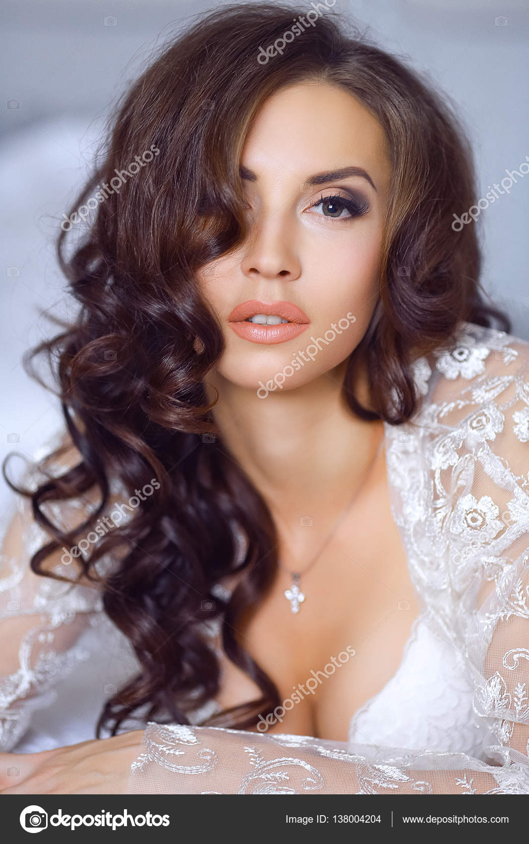 b96c70d2c15 Κοντινό πλάνο με πορτρέτο του όμορφη νύφη. Το πρωί της νύφης. Πρωί ...