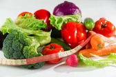 Zelenina a měřicí páska, Zátiší izolovaných na bílém pozadí.