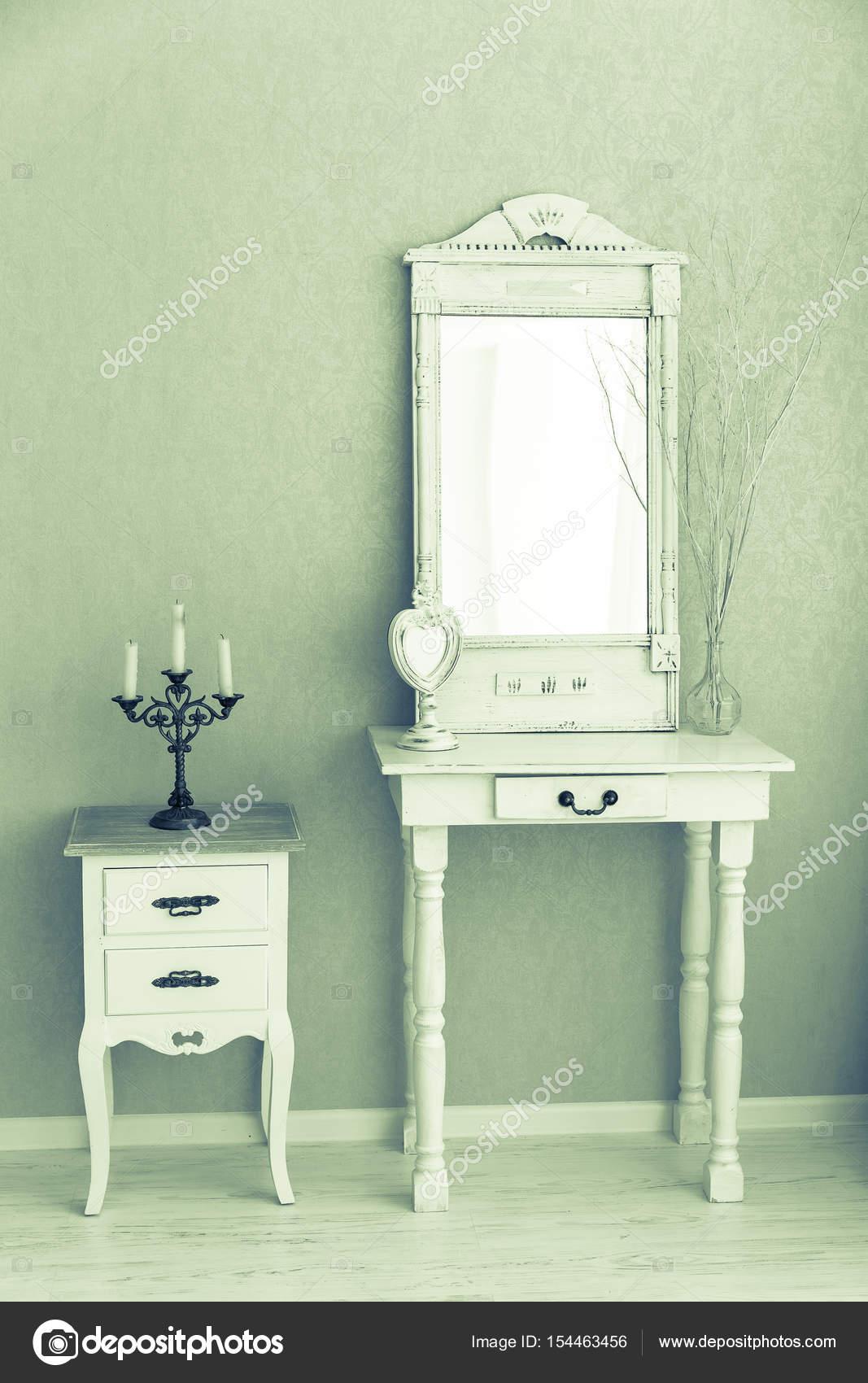 Oude Kaptafel Te Koop.Een Oude Retro Witte Kaptafel Glazen Spiegel Stockfoto C Lenblr