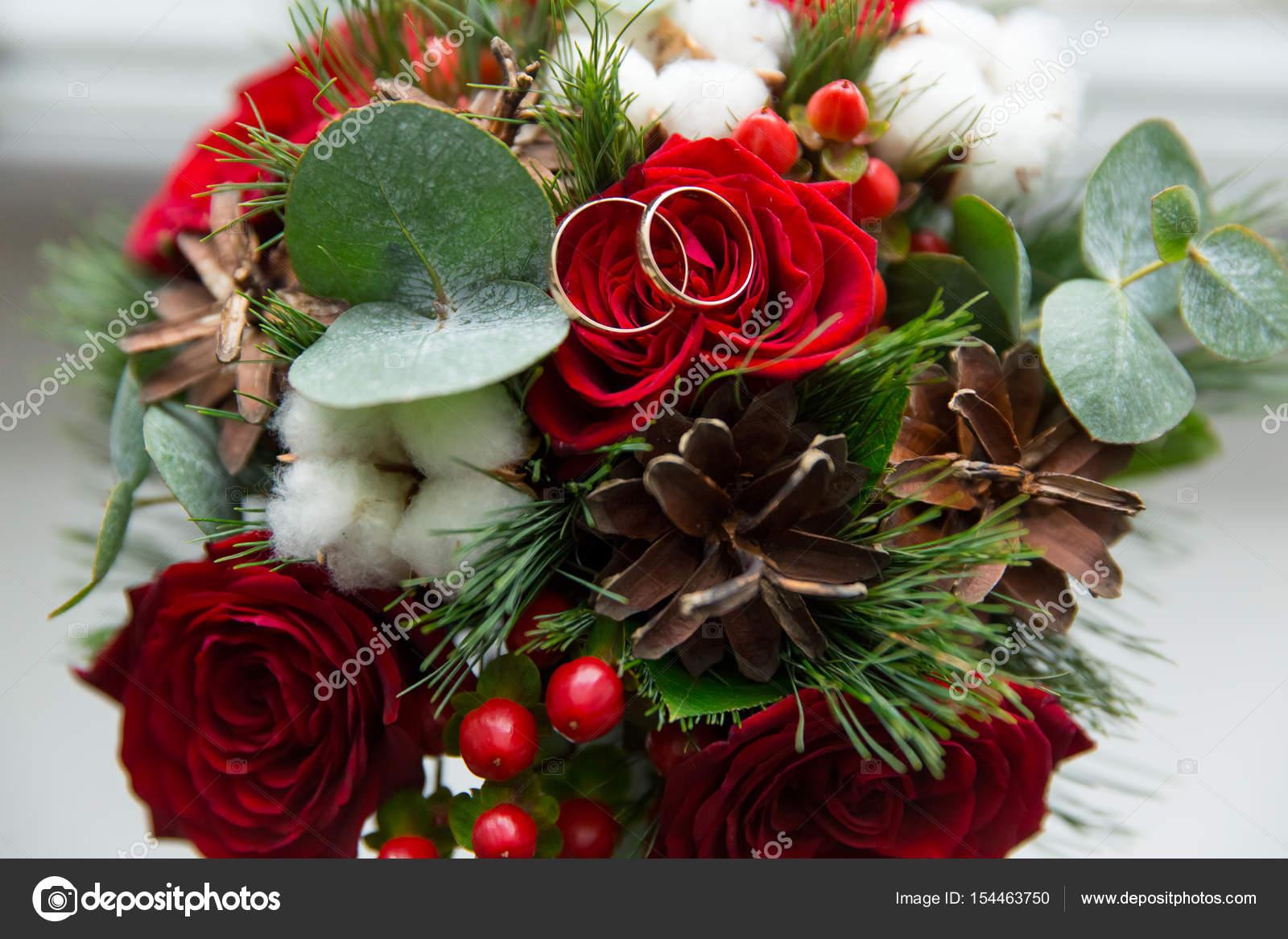 Winter Hochzeitsstrauss Roter Rosen Mit Trauringe Stockfoto