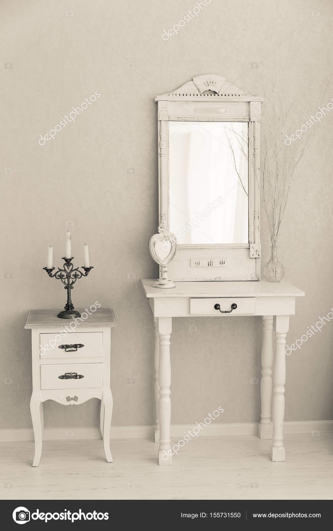 Vieja Retro Blanco Tocador Espejo De Cristal Fotos De Stock