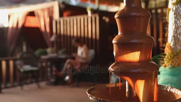Schokoladenbrunnen auf einem Tisch am Hochzeitstag oder Feier auf der Sommerterrasse