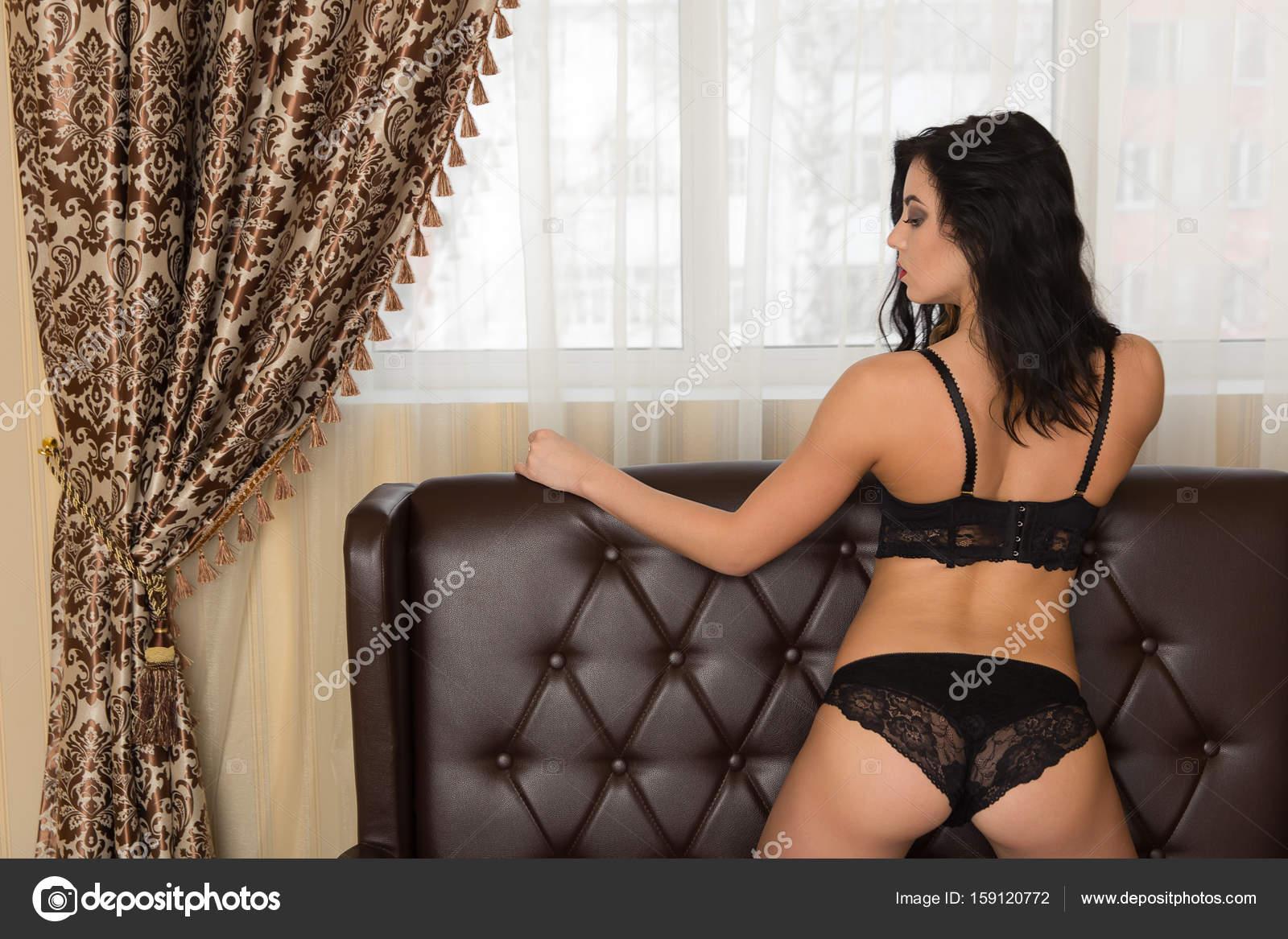 345b7907c1 Hermosa dama sexy elegante negro bragas y sujetador. Mujer morena de  belleza con nalgas atractivas en ropa interior de encaje. culo mujer en  ropa interior ...