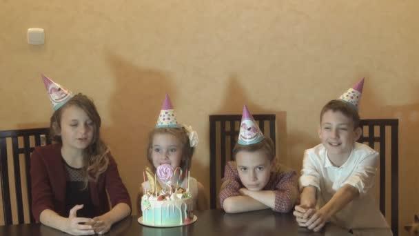 Bambini noiosi sulla festa di compleanno. torta di compleanno per la bambina compleanno