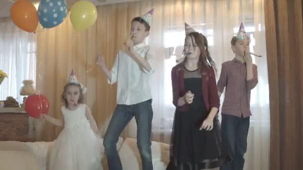 Dětské párty. Přátelé společně bavit, tančit a pohrávat si.
