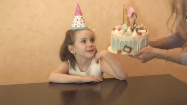 Dětská oslava narozenin. narozeninový dort pro malé oslavenkyně. Rodinné oslavy