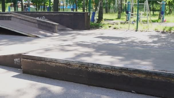 junger Mann einen Trick mit seinem Skateboard Skate Park durchführen. Lebensstil, Hipster-Konzept