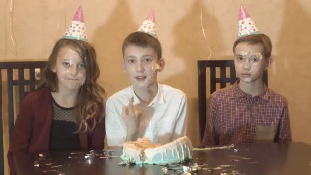 gondtalan gyerekek egy születésnapi partin. meg arcát dunked a születésnapi torta. családi ünnep fogalma