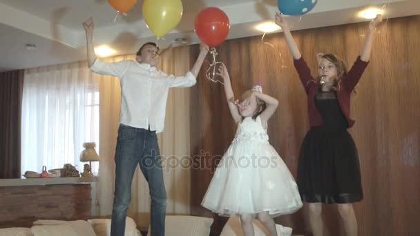 Dětské párty. Přátelé společně bavit, tančit a zahrávat. Zpomalený pohyb