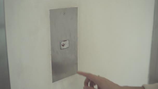 mačkání tlačítka. detail ženské ruky stisknutí tlačítka výtahu