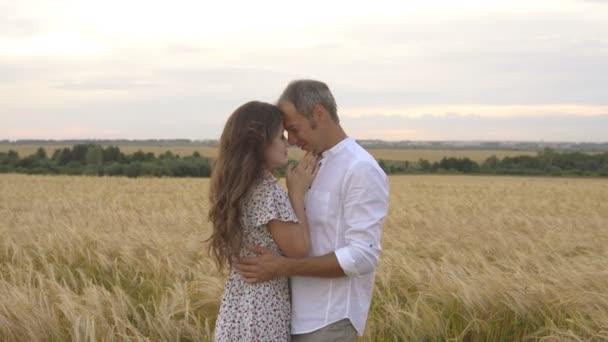 Romantický Datum na poli pšenice, láska pár objetí