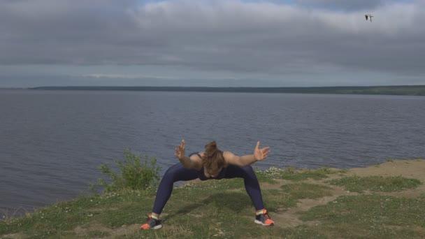 Weibchen im klassischen Yoga-Pose, Energiekonzentration