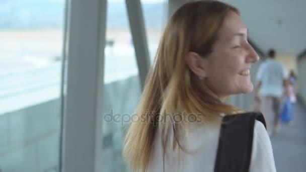 Atraktivní žena bude k nástupu na palubu letadla