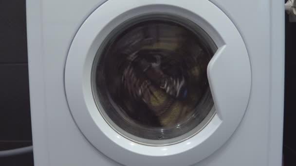 Pračky, praní prádla. Praní oblečení s prací prášek