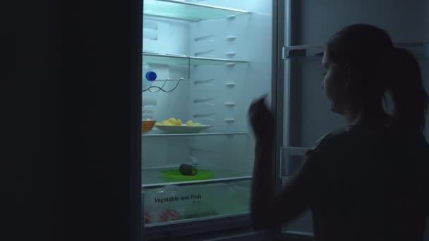 Fiatal nő veszi uborka