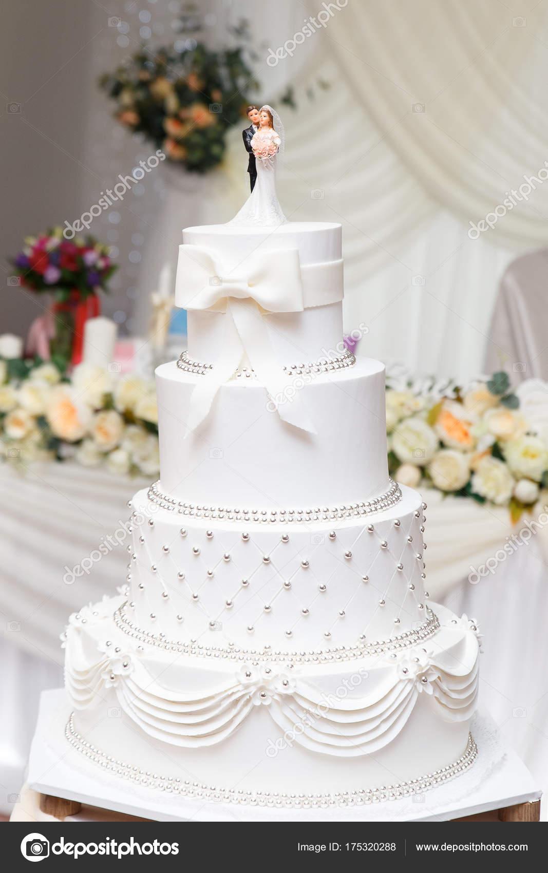 Gâteau De Mariage Blanc Avec Figurines Sur La Table