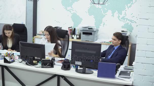 Podnikatelé pracující v kanceláři
