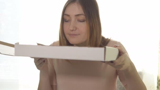 Mladá žena jíst chutné pizzy. Kalorické potraviny