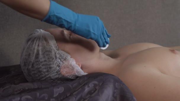 Ein hübscher junger Mann empfangen Gesichts-Massage im Wellnesscenter Nahaufnahme
