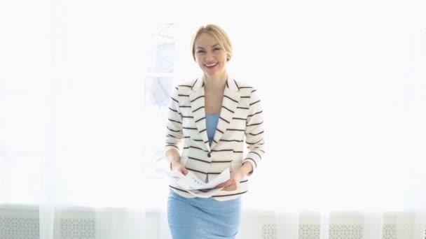 Úspěšná podnikatelka s důležité dokumenty jde s úsměvem